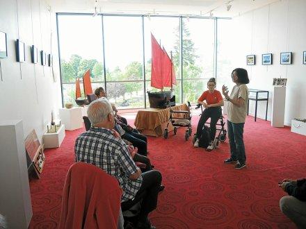 Visite de l'exposition au Grain de Sel par les résidents de l'Ehpad de Séné