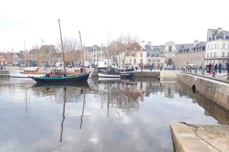 Illuminations de Noël :  Joli Vent rejoint le Corbeau des Mers au port de Vannes